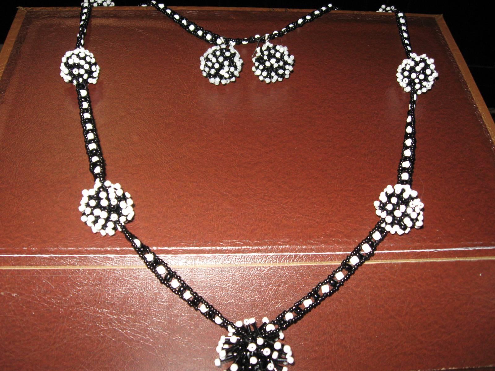 """Авторские бусины  """"ёжики """" из черного с белым бисером (размер 2,5 см) К ожерелью прилагаются серьги - шарики в том же..."""